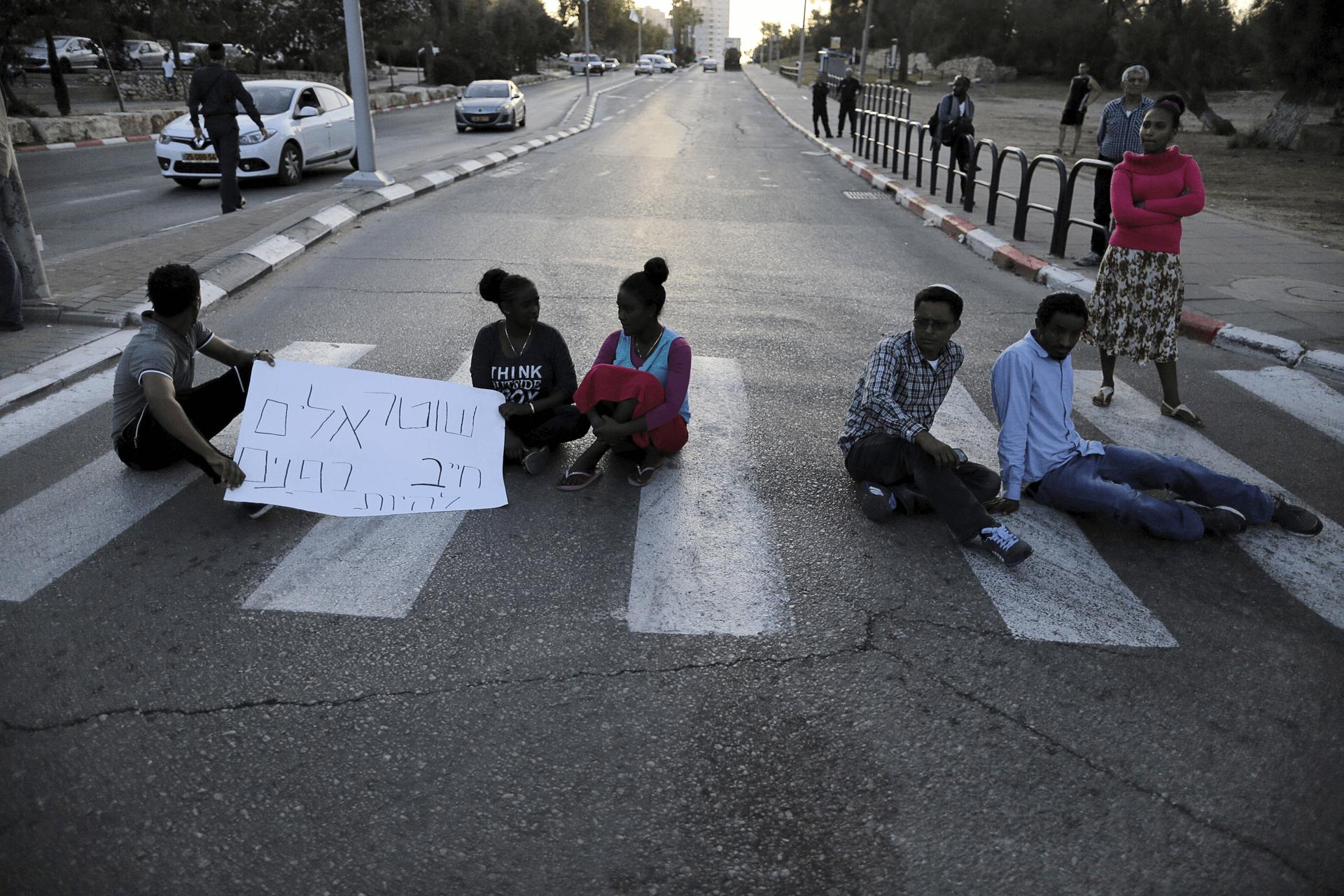 מפגינים בקריית גת ב-2015. צילום: רויטרס