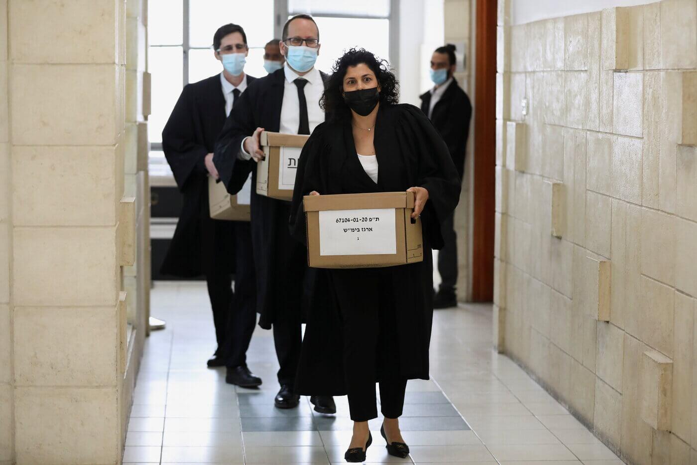 עורכי דין מהפרקליטות עם חומרי התביעה במשפט נתניהו, אפריל 2021. צילום: רויטרס