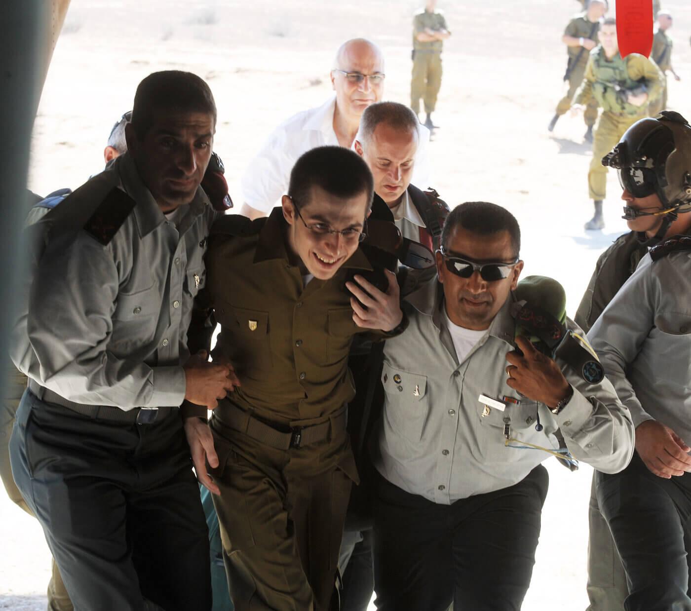 """גלעד שליט משתחרר מהשבי ב-2011. צילום: עמוס בן גרשום - לע""""מ"""