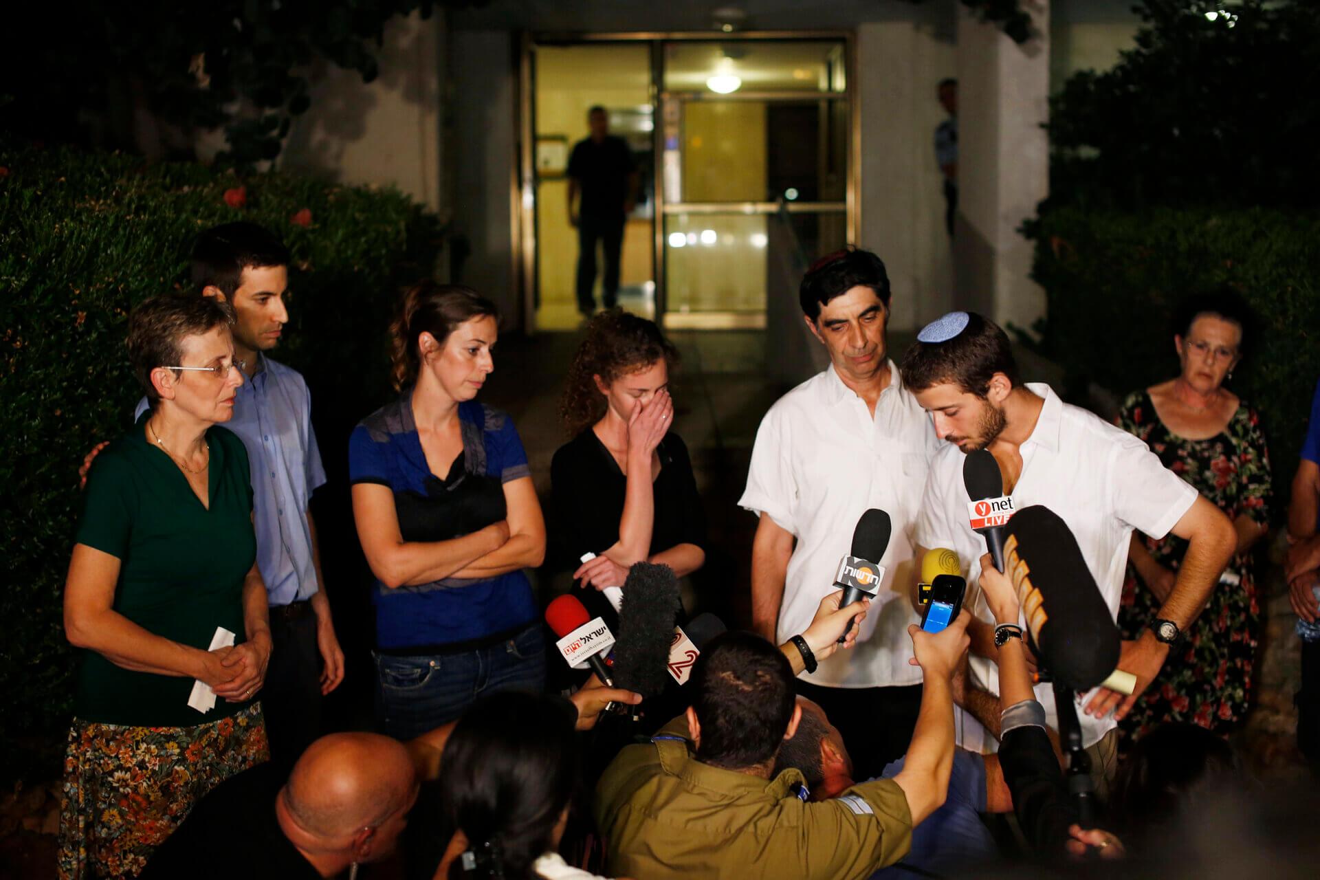 משפחתו של סגן הדר גולדין לאחר נפילתו בצוק איתן ב-2014. צילום: רויטרס