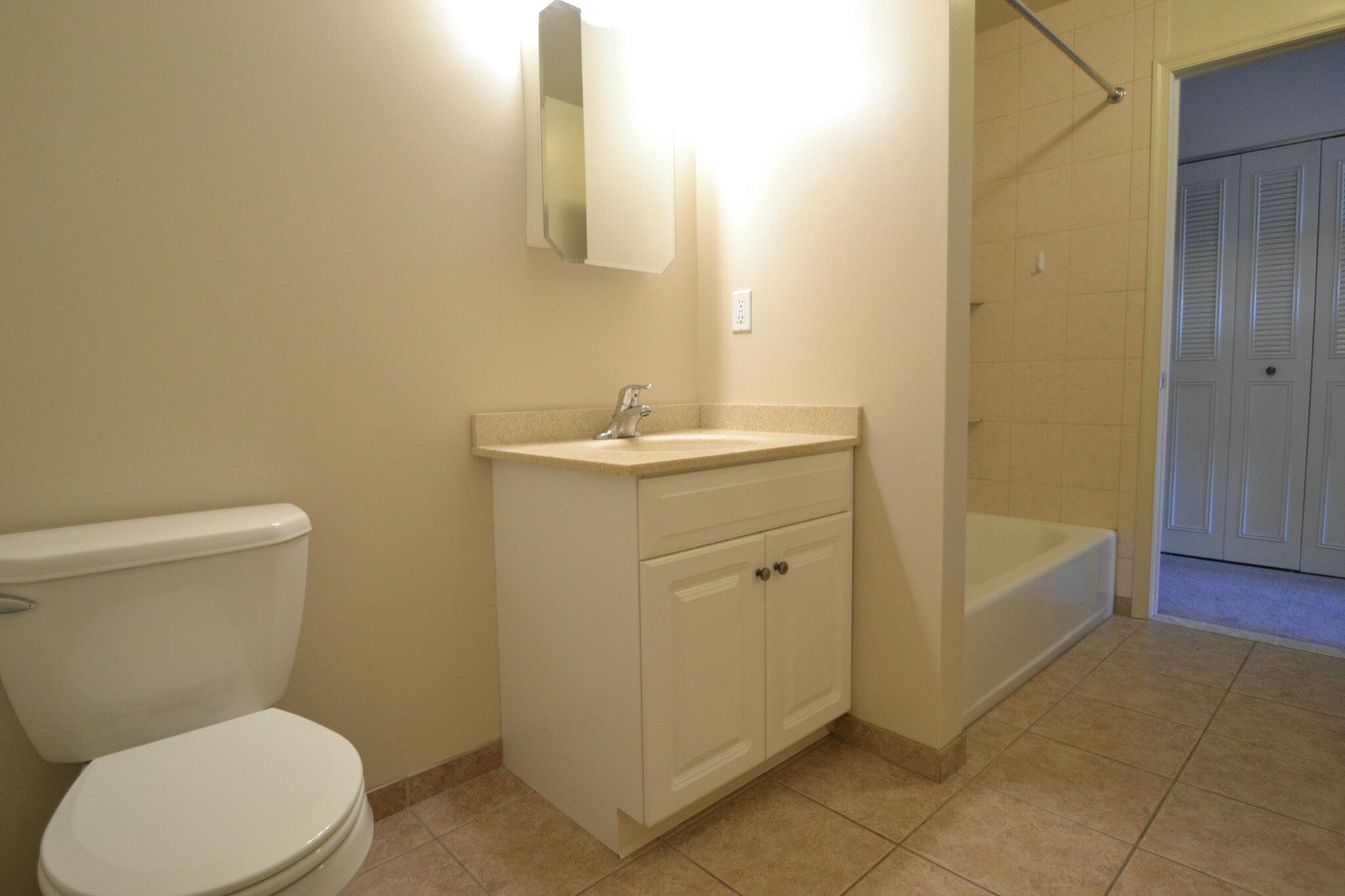 Studio/Efficiency Apartment Bathroom