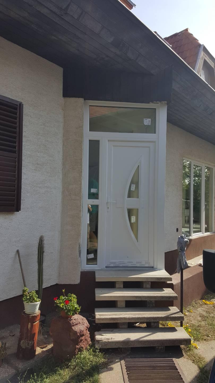 Családi ház bejárati ajtó