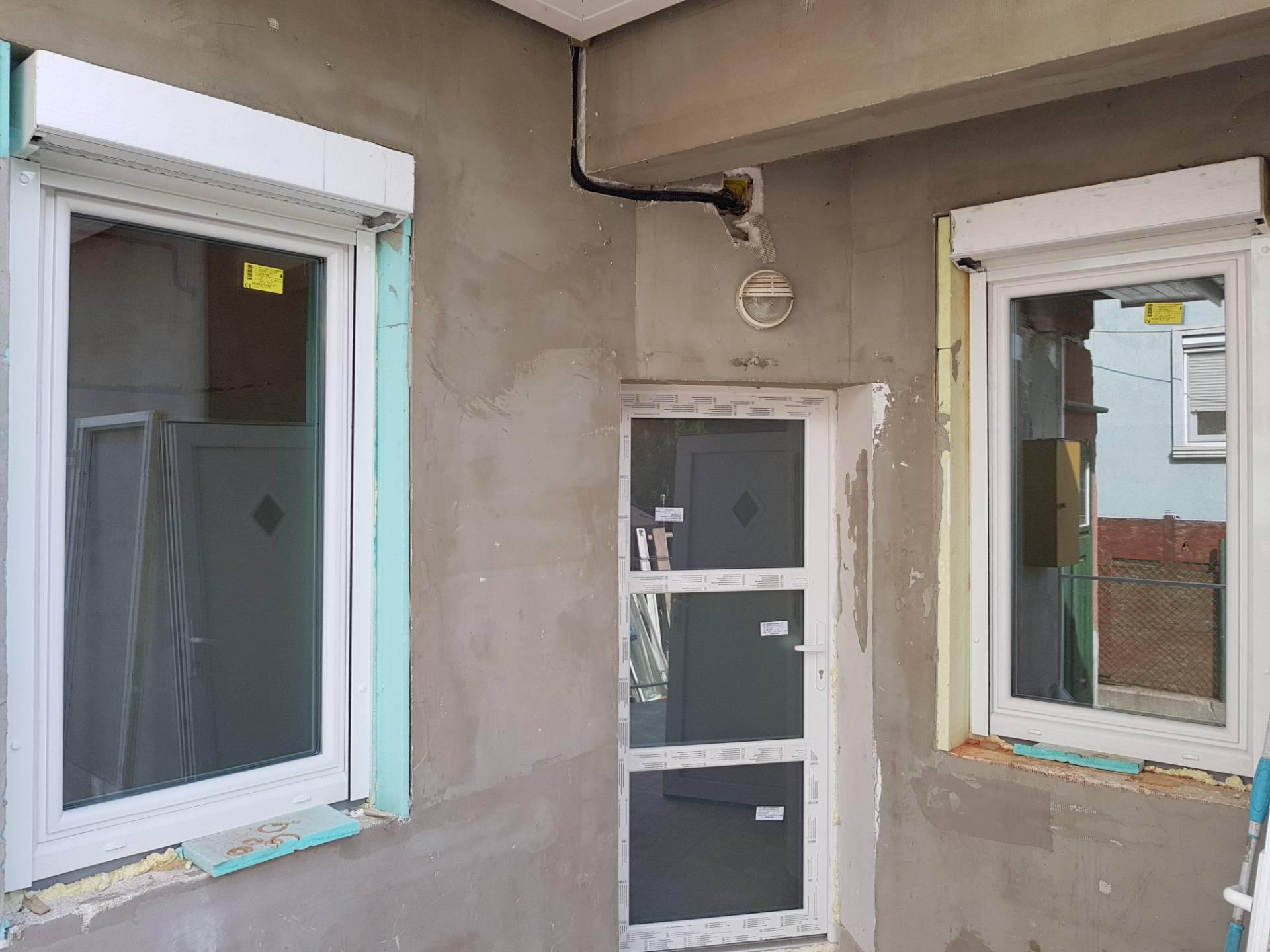 Ajtó, ablakok és redőnyök beépítve