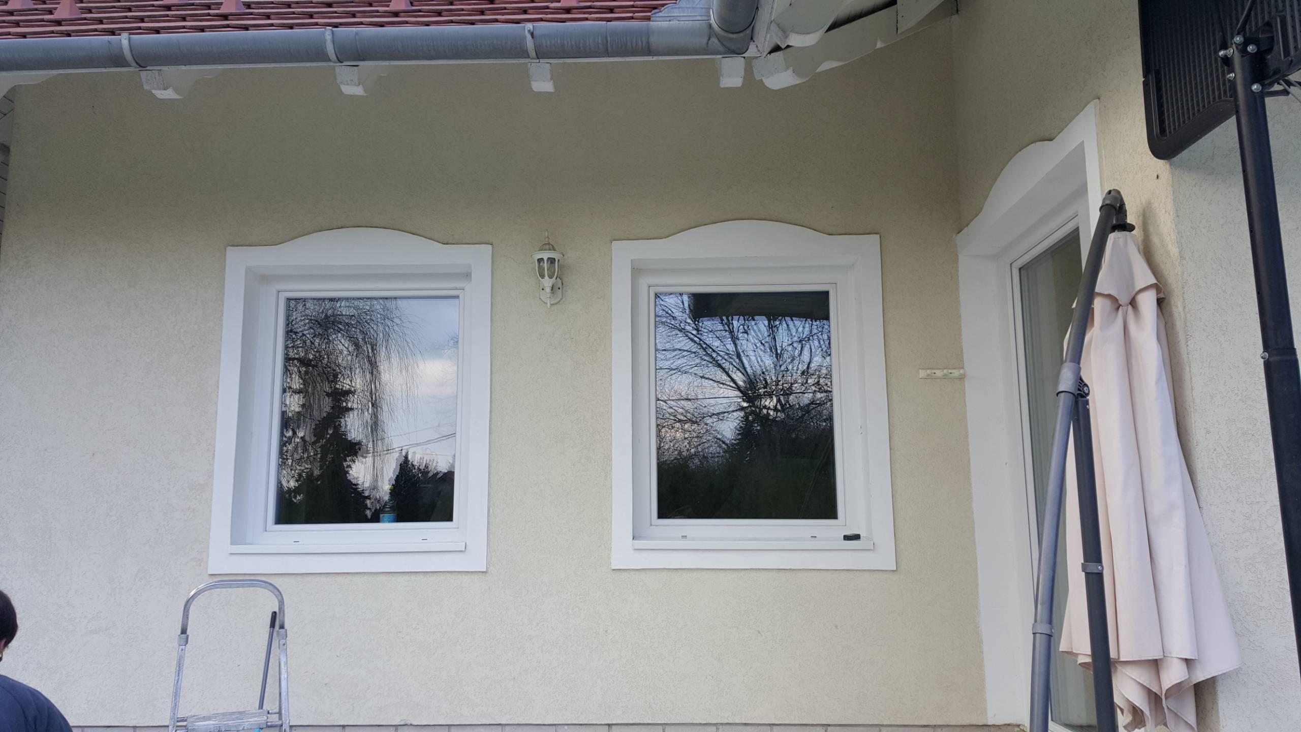 Díszes családi ház ablakok