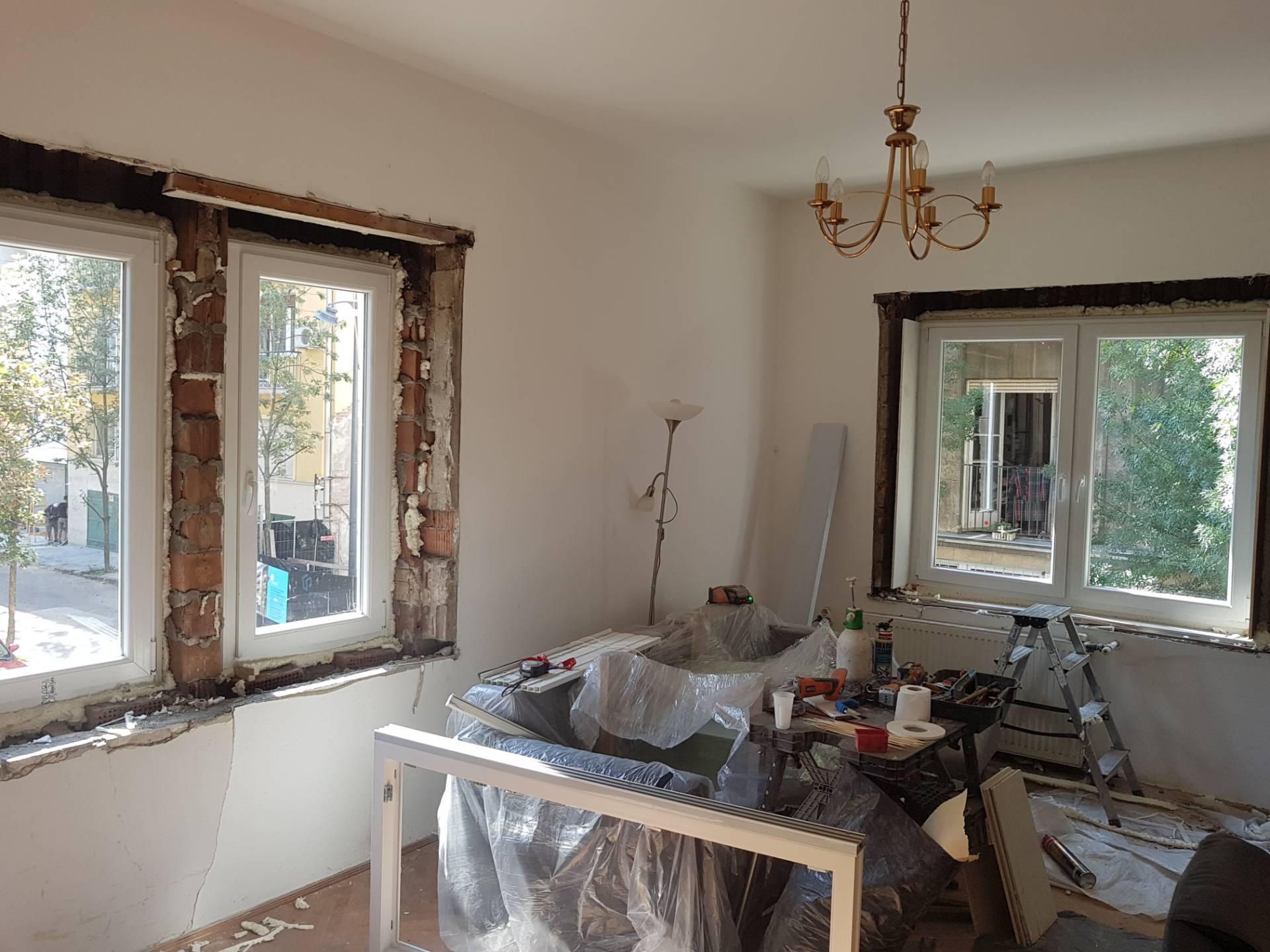 Tégla lakás ablakcsere folyamatban