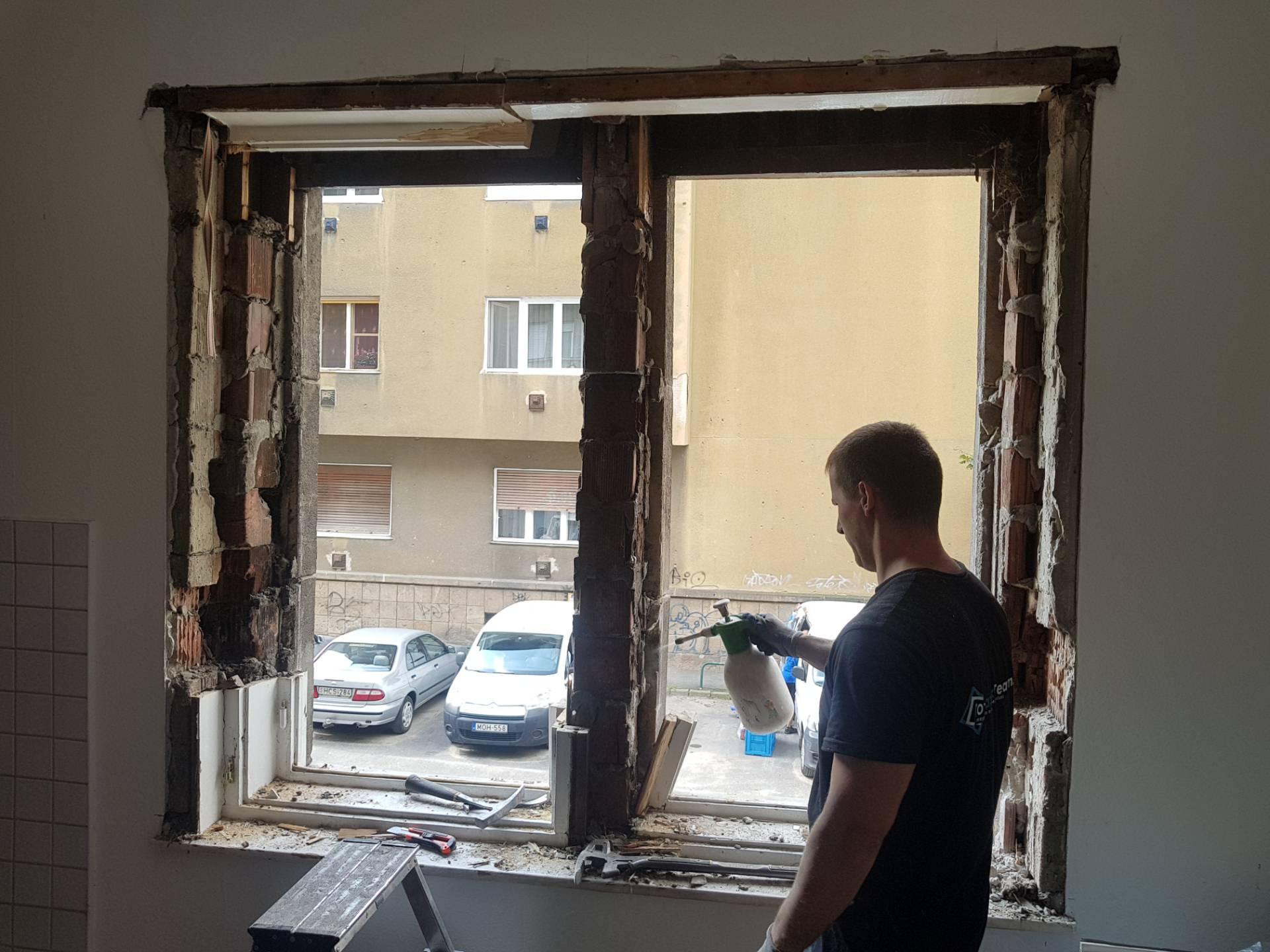 Tégla lakás ablakcseréje folyamatban