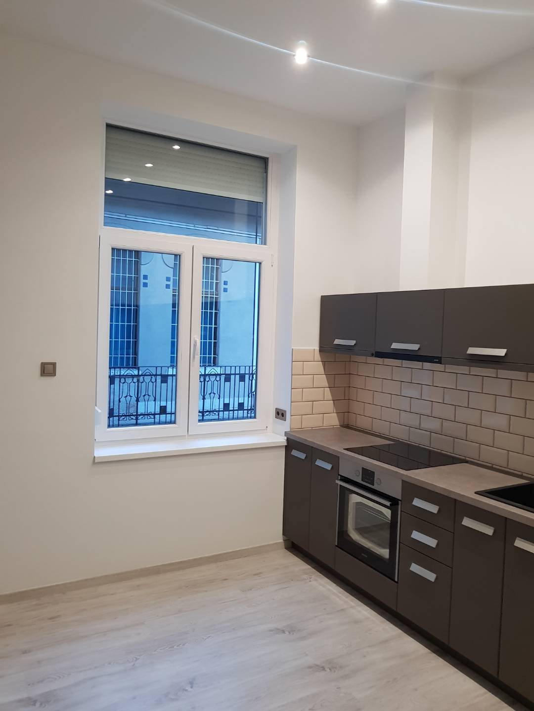 Modern tégla lakás konyha ablakcsere