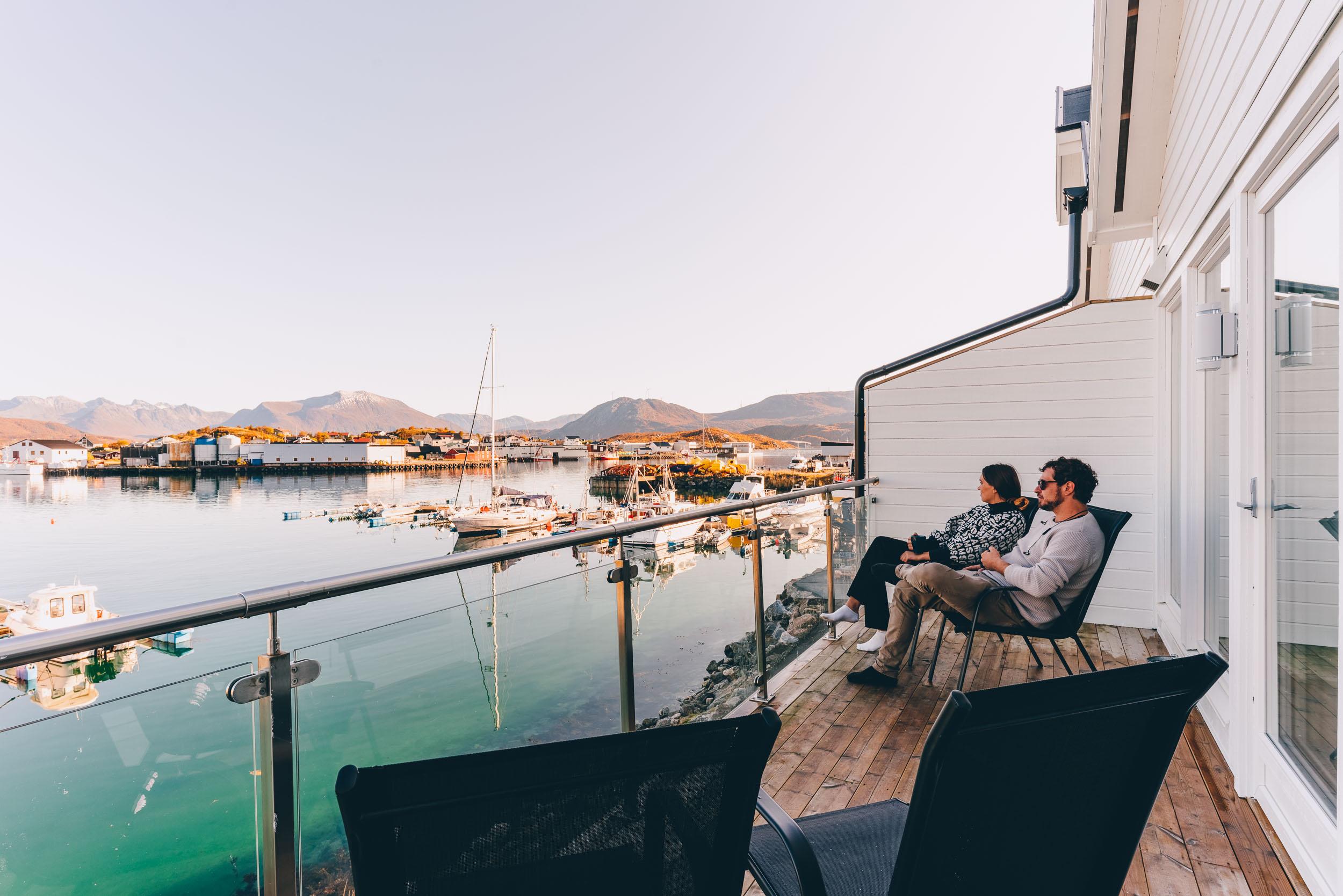 Kjærestepar nyter kveldssola på Sommarøy