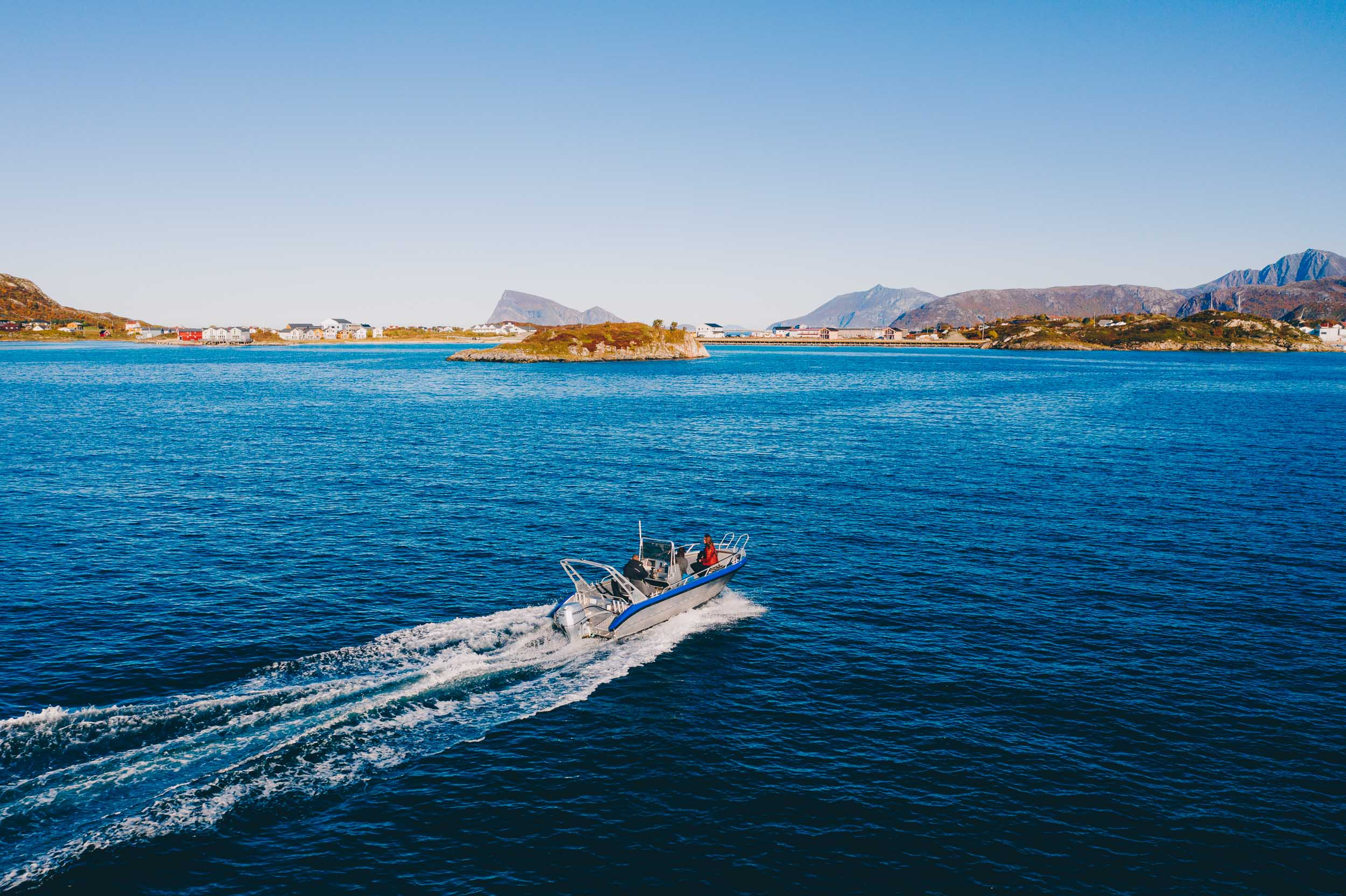 Båt omringet av Sommarøy's vakre natur