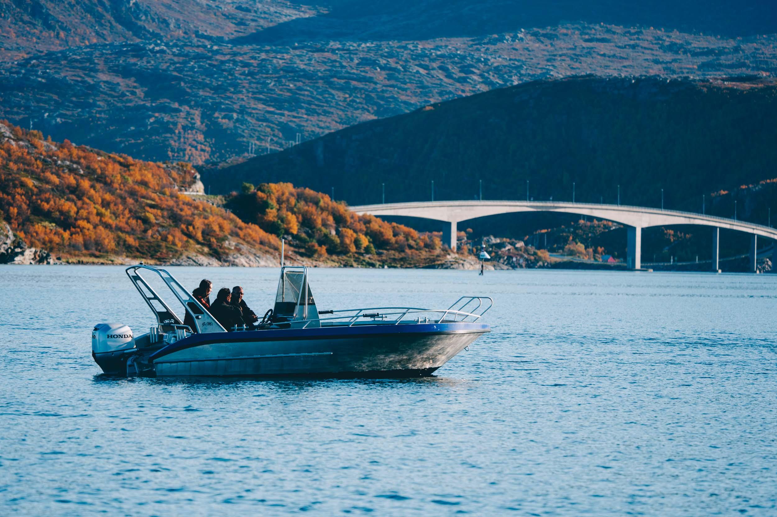 Turister i båt på Sommarøy