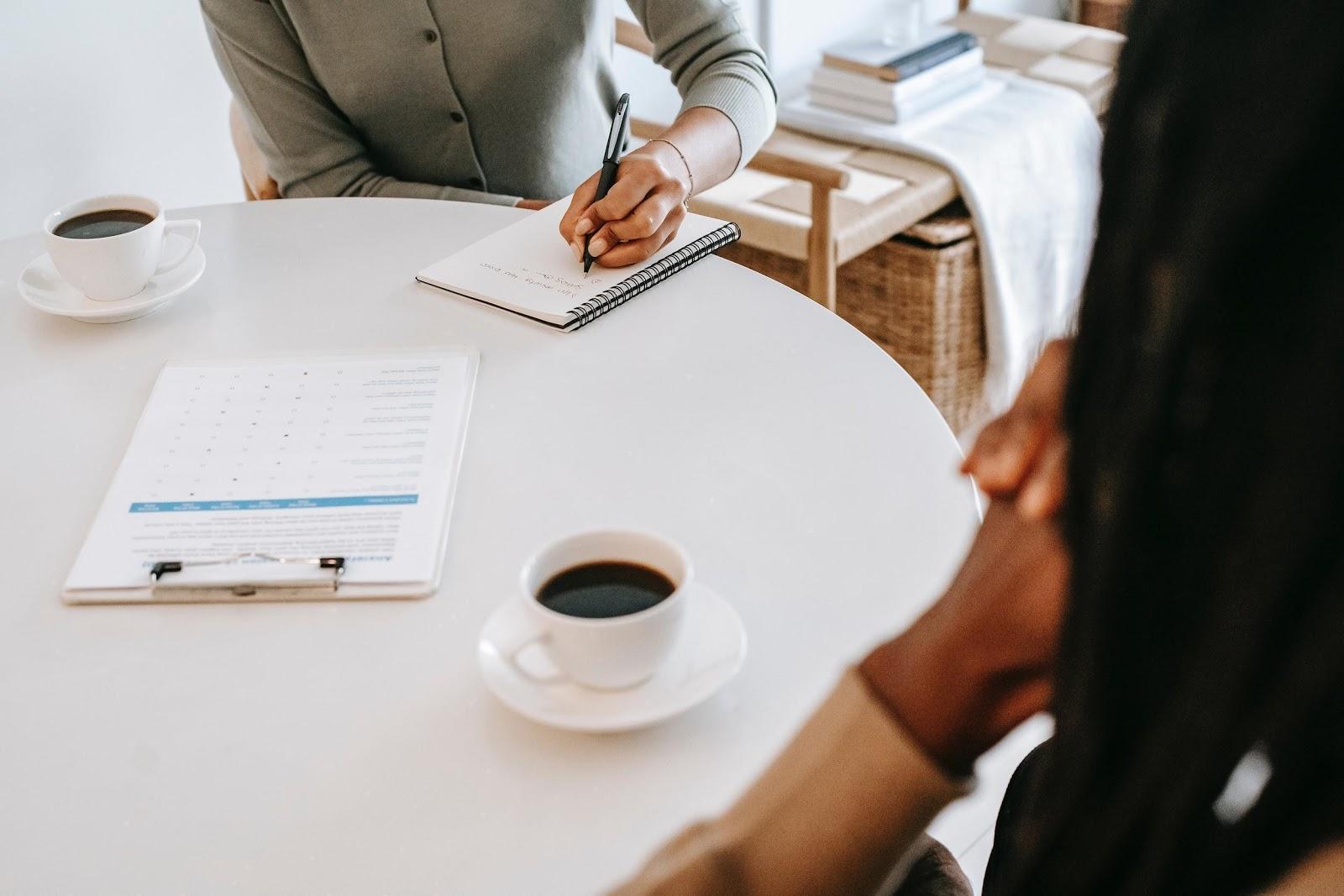 réunion de deux professionnels autour d'un café sur les résultats du trimestre