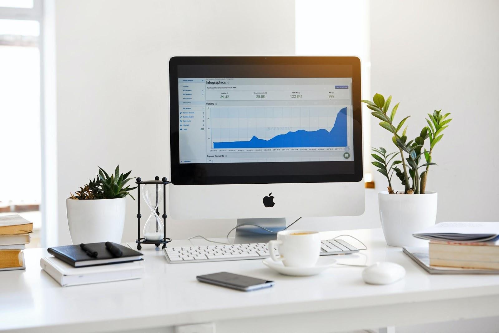 évolution du traffic google analitycs dans le temps, écran posé sur un bureau