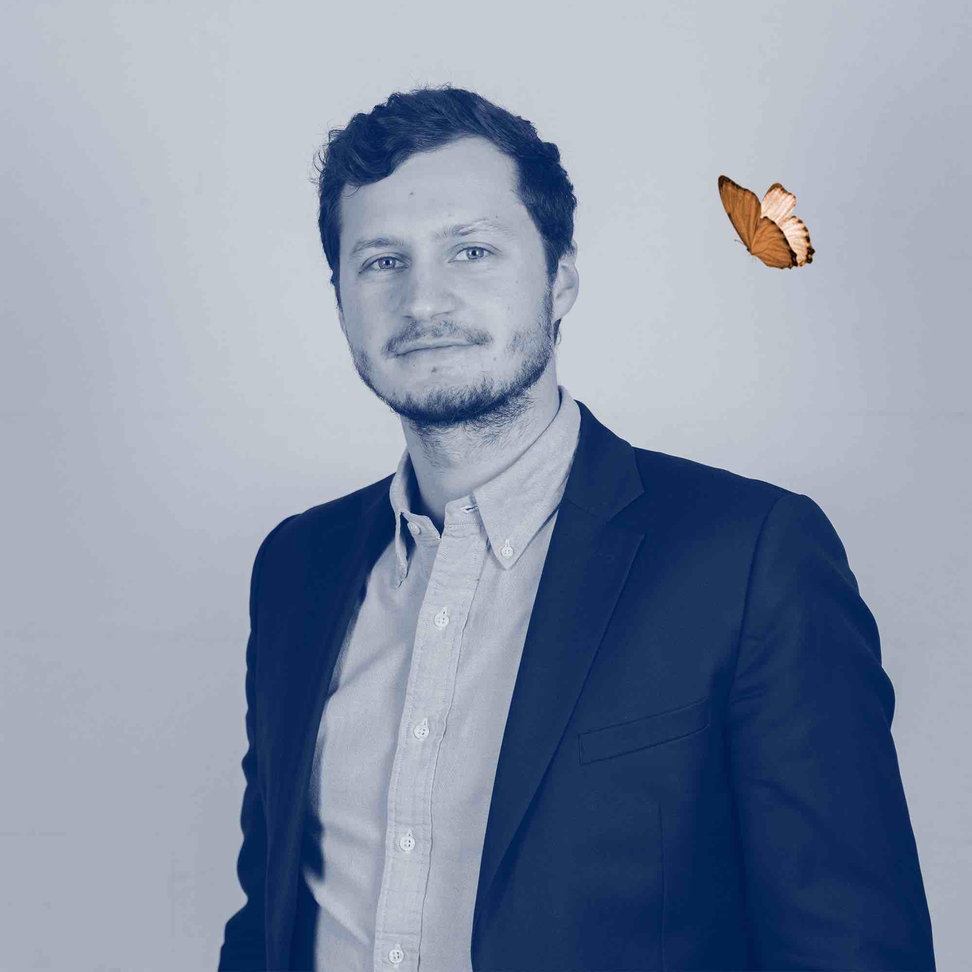 Portrait - Aymeric Viant  - Responsable Growth partners. Toujours au téléphone avec sa joie de vivre inébranlable il prend soin des kadors et des startups comme personne.