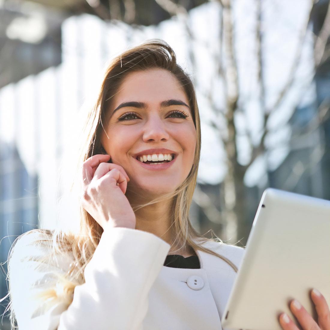 Jeune femme professionnel souriante au téléphone