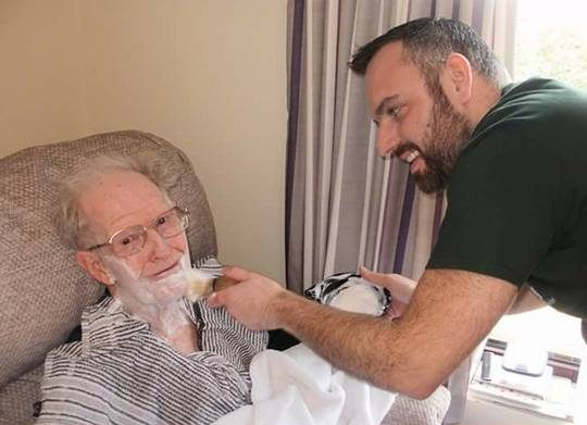 Dementia-Friendly Barber gives resident a shave