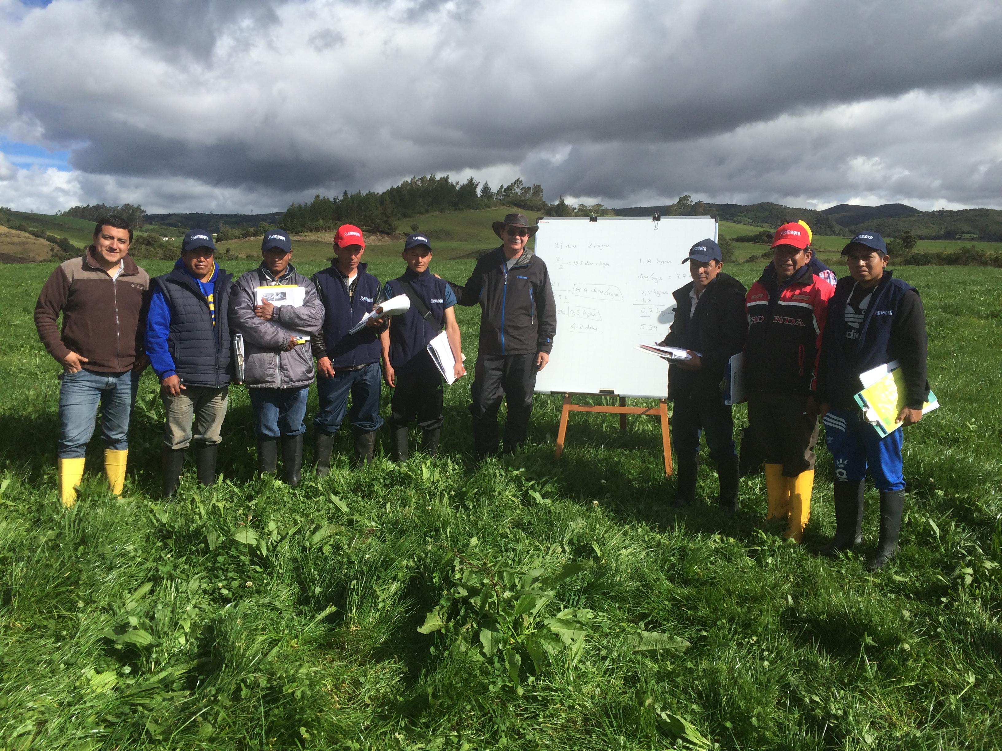 Capacitacion de ganaderos sobre pastos en campo con pizarra con Carlos Batallas