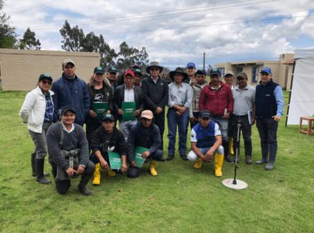 Grupo de ganaderos en capacitacion de campo en lasso ecuador