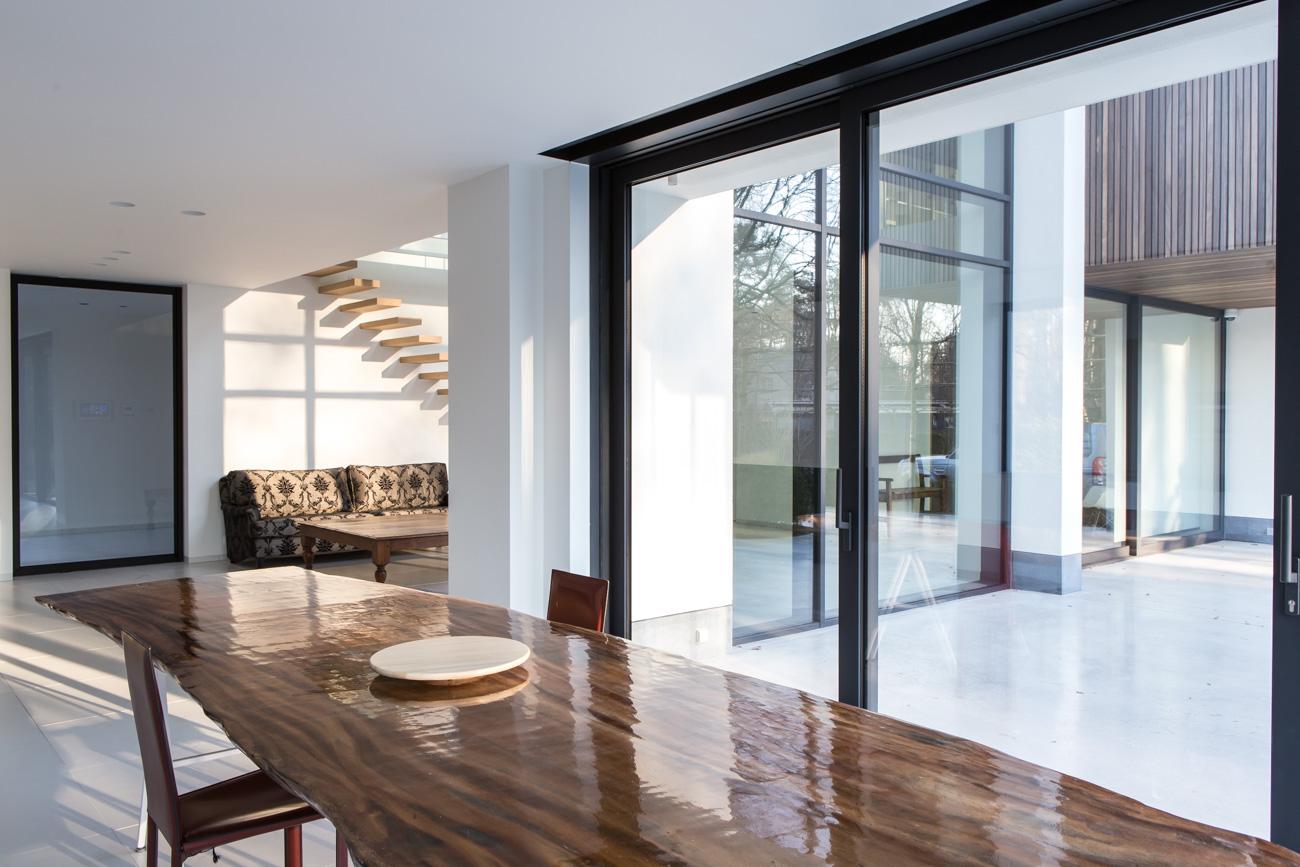 Woning Waasmunster minimalistisch interieur eethoek met houten tafel