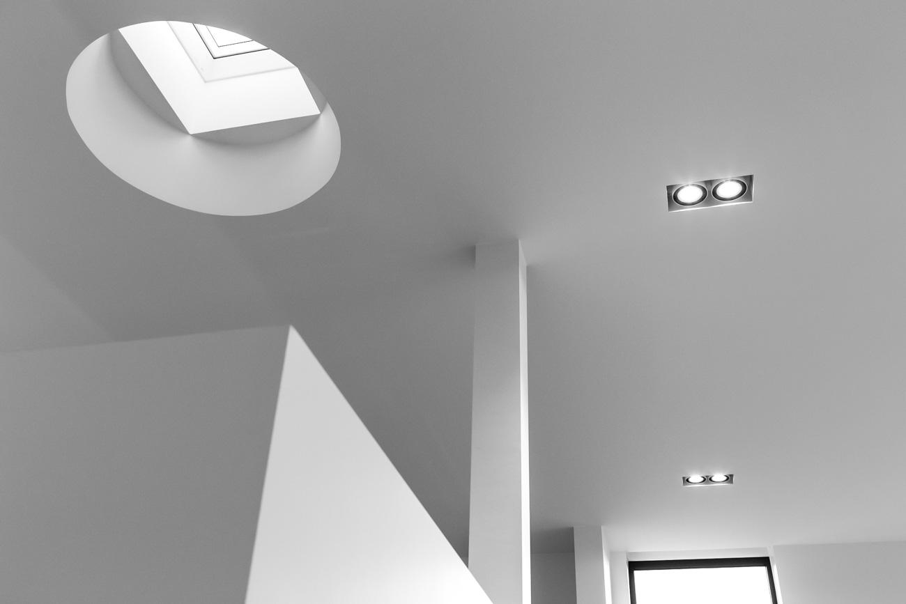 Woning in Sint-Amandsberg minimalistisch interieur living plafond met lichtkoepel zwart wit