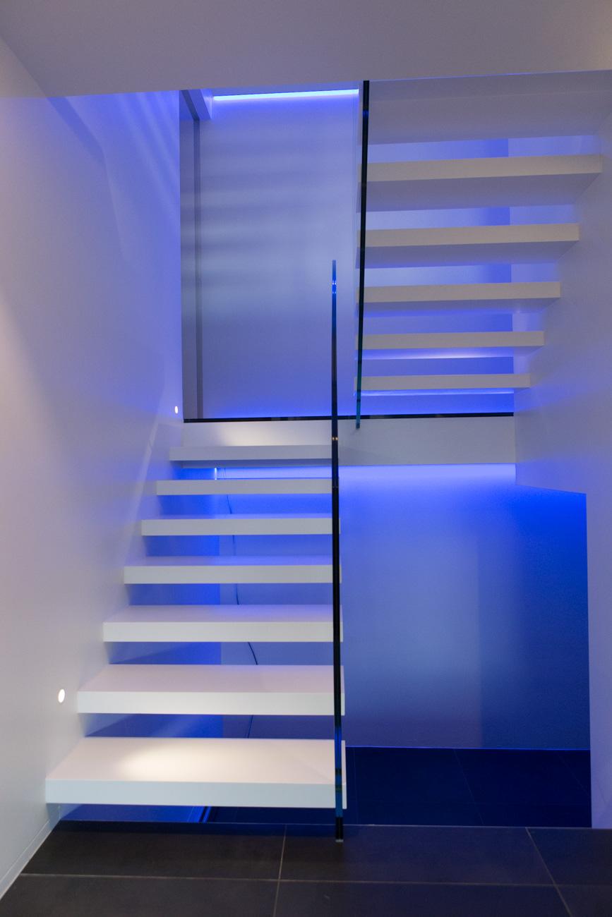 Woning in Sint-Amandsberg minimalistisch interieur met neon licht zwevende trap