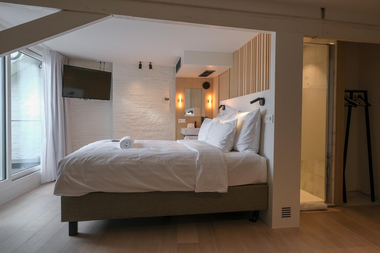 The Mansion Hotel Gent Zolder Slaapkamer met houten badkamer erfgoed restoratie