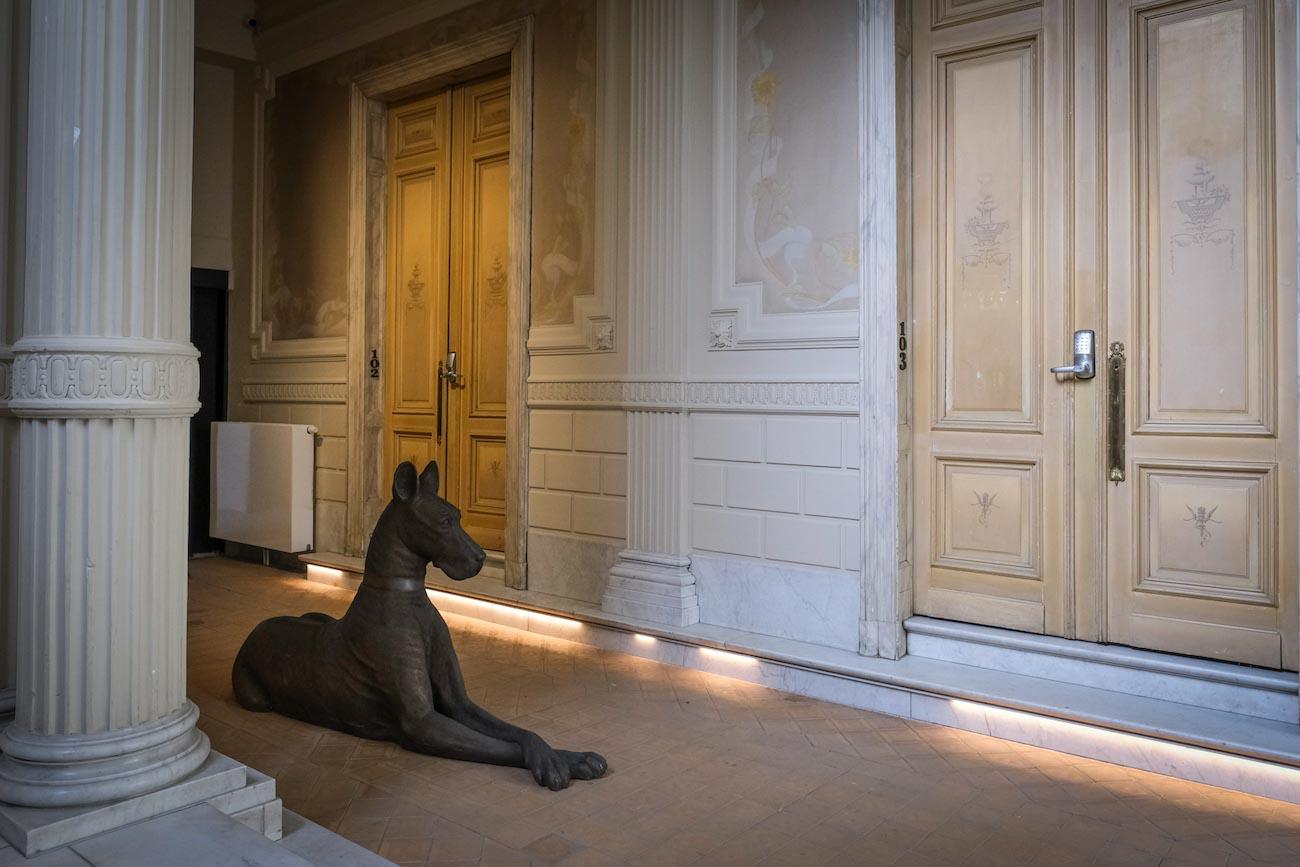 The Mansion Hotel Gent Inkom met hondje en beschilderde deuren met verzorgd koperen beslag erfgoed restoratie