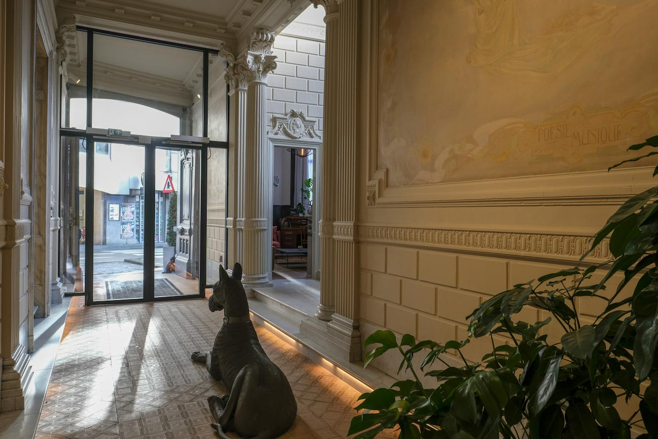 The Mansion Hotel Gent Inkom met muurschilderingen in art-nouveaustijl erfgoed restoratie