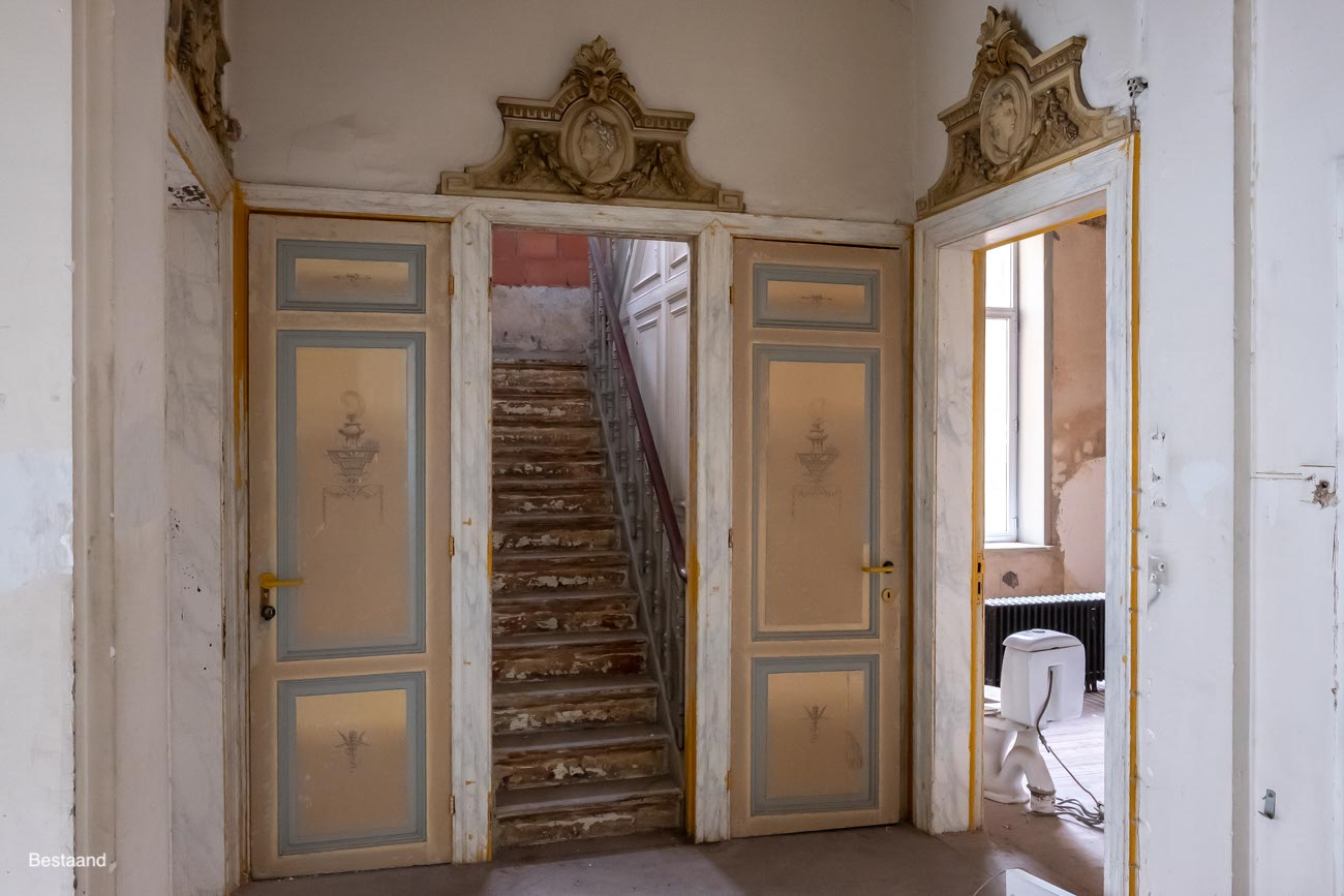 The Mansion Hotel Gent Verdieping deuren met gedecoreerde deurstukken met basreliëfs van vrouwenhoofdjes bestaand