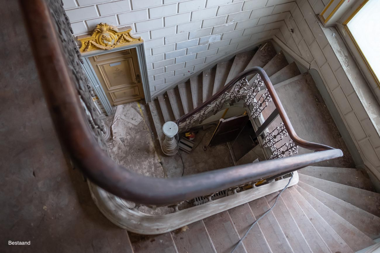 The Mansion Hotel Gent Vide en houten trap met opengewerkte ijzeren leuning bestaand