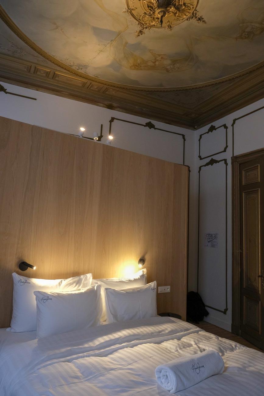 The Mansion Hotel Gent Slaapkamer met plafondschilderen neoclassicistische stijl erfgoed restoratie
