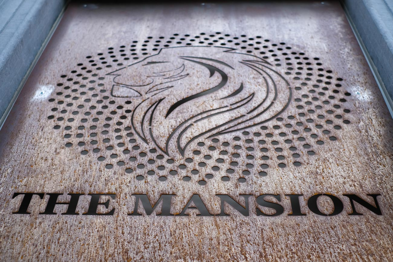 The Mansion Hotel Gent CLT gebouw met corten staal gevel logo
