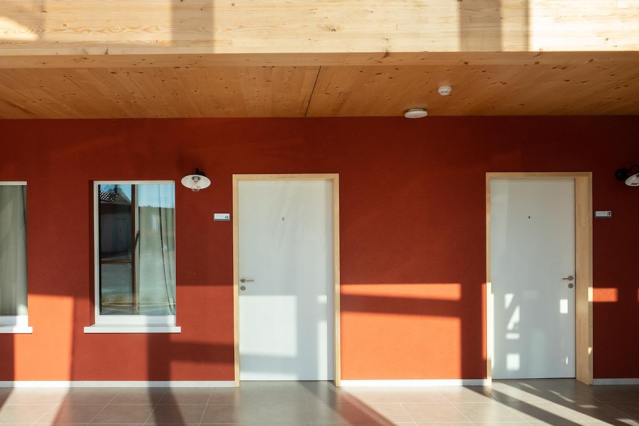 Klompenfabriek serviceflats CLT interieur kamer deur