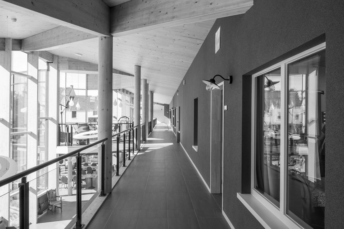Klompenfabriek serviceflats CLT interieur verdieping hal zwart wit