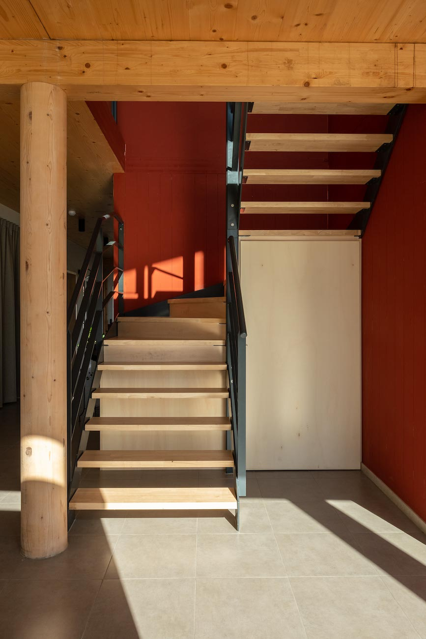 Klompenfabriek serviceflats CLT interieur houten trap
