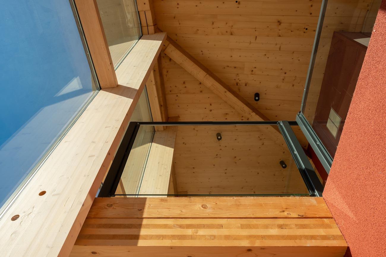 Klompenfabriek serviceflats CLT interieur houten balk vide detail