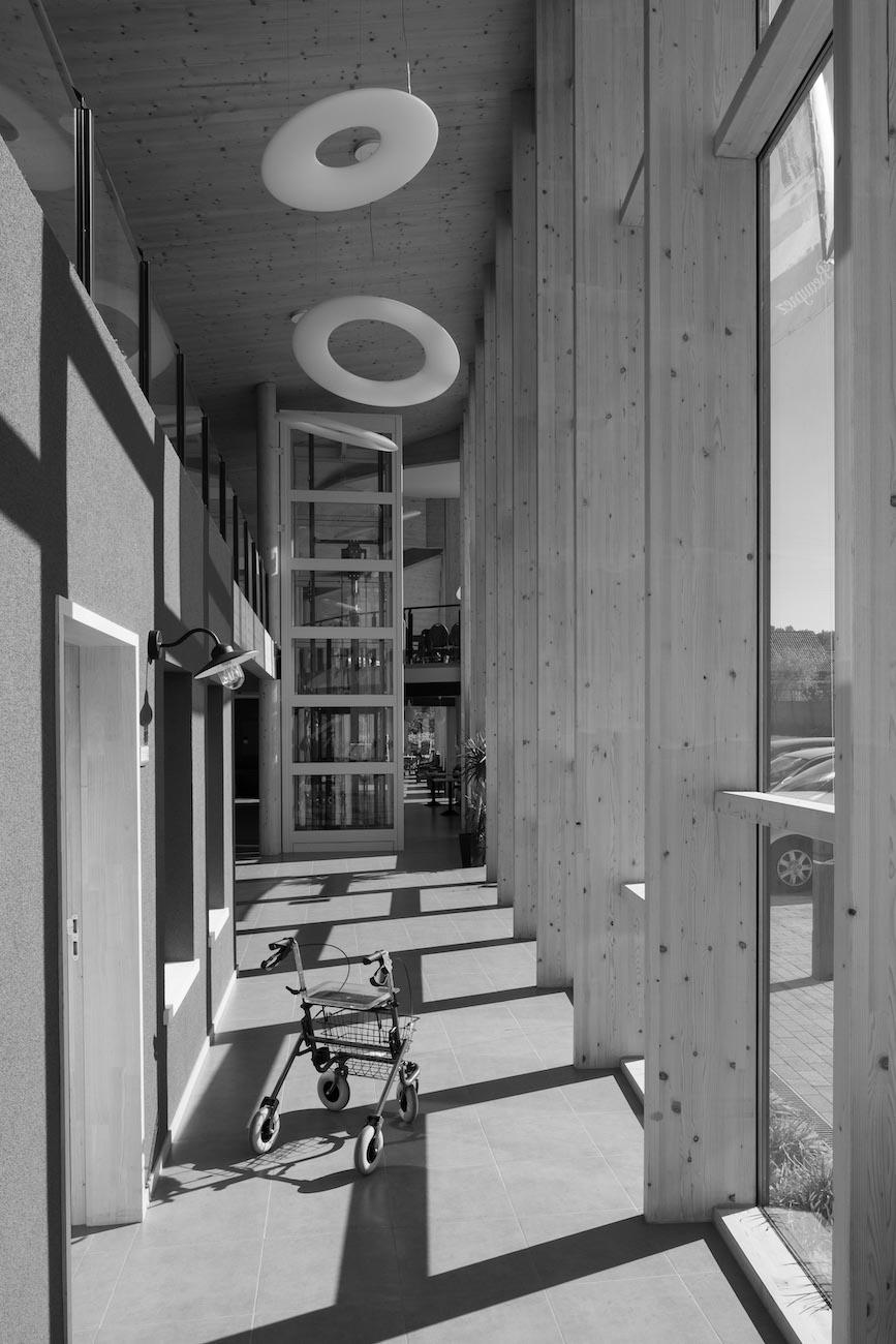 Klompenfabriek serviceflats CLT interieur rolstoel zwart wit
