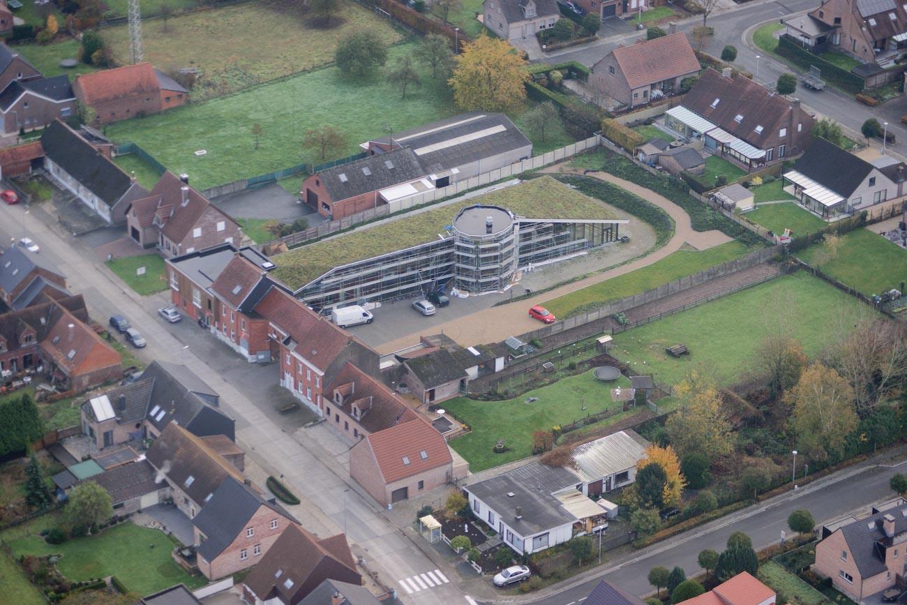 Klompenfabriek serviceflats CLT gebouw met groen dak luchtfoto
