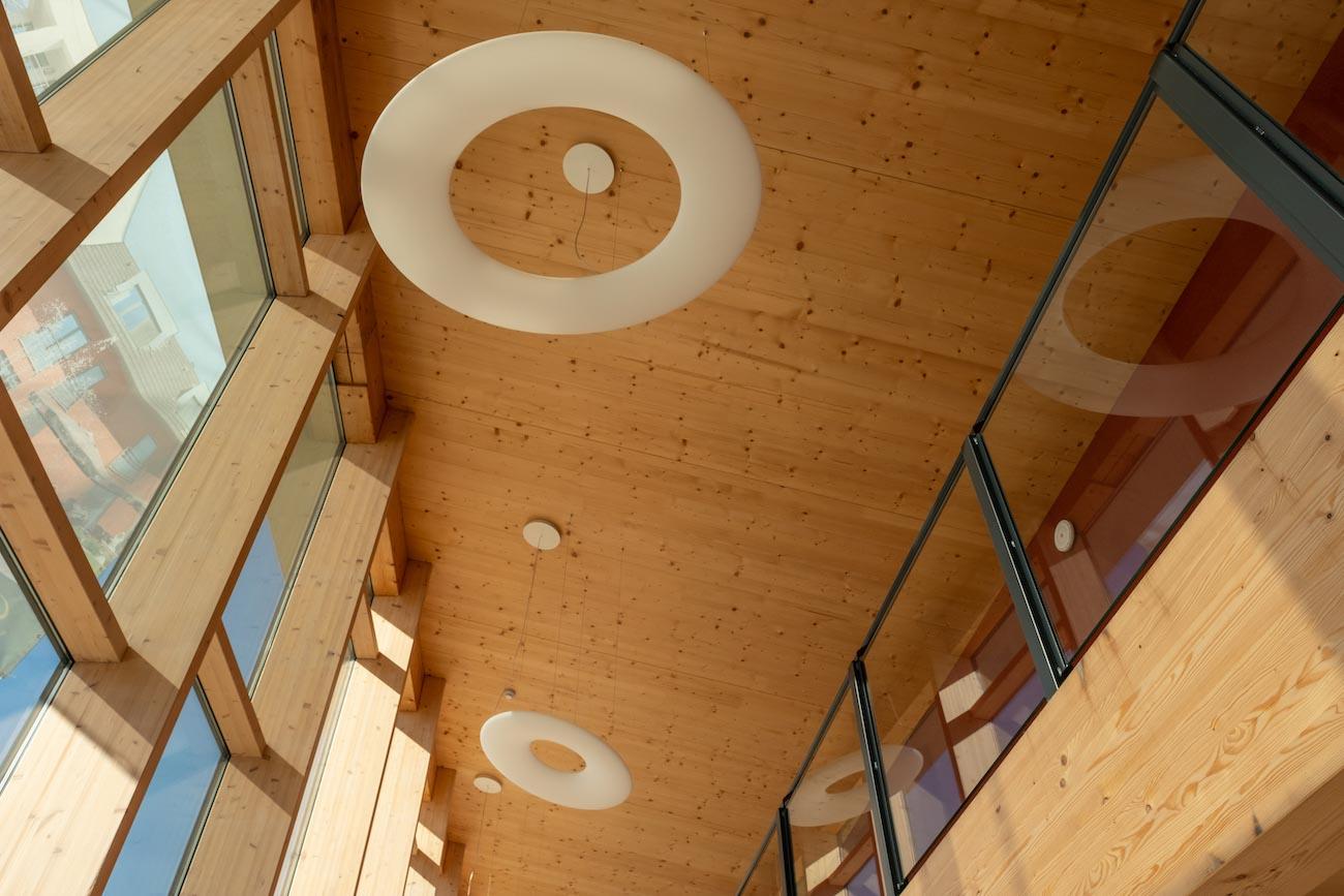 Klompenfabriek serviceflats CLT plafond houten interieur
