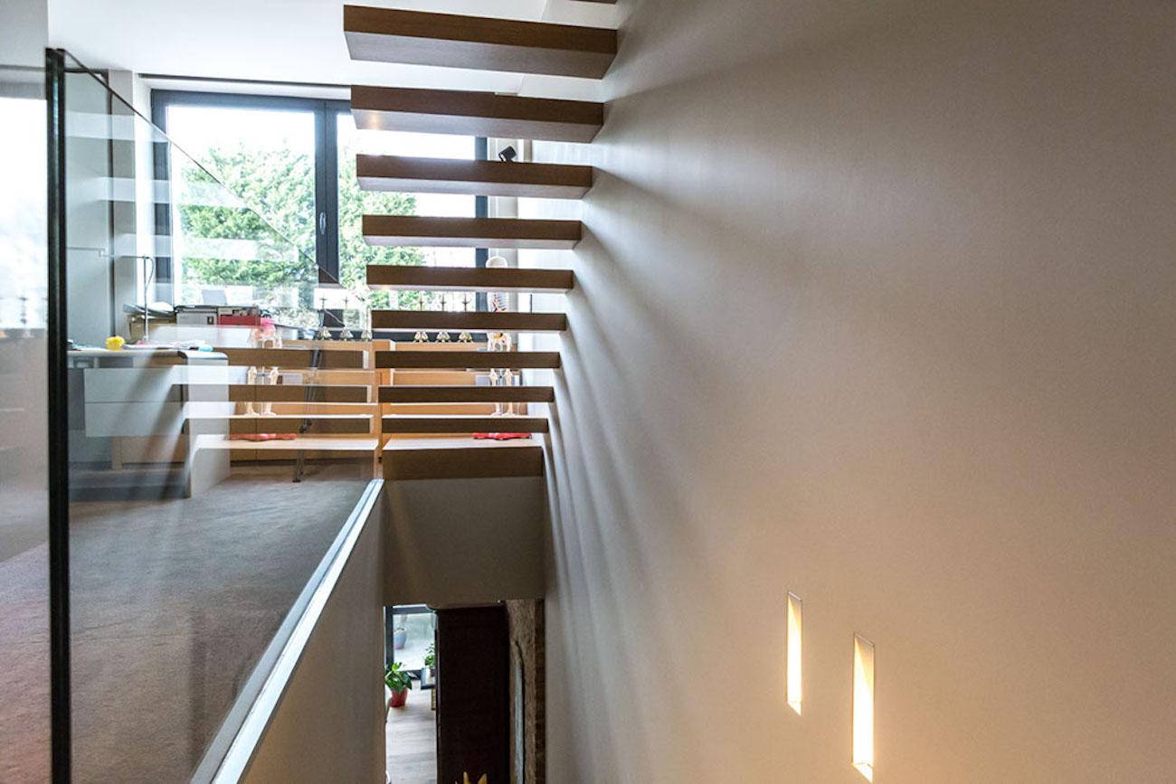 Woning Ieper Renovatie houten zevende trap glazen balustrade