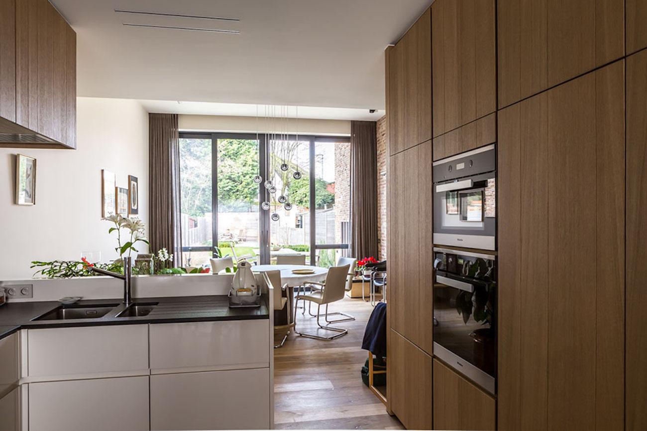Woning Ieper Renovatie houten keuken aanzicht naar eethoek