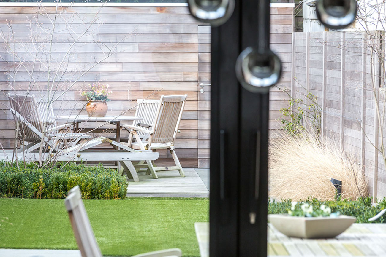 Woning Ieper Renovatie achtertuin aanzicht tuinmeubelen