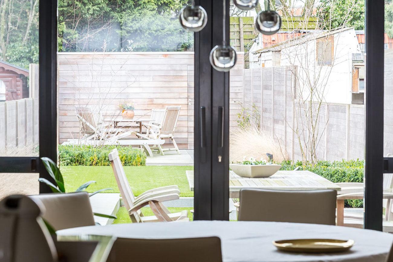 Woning Ieper Renovatie eethoek aanzicht naar achtertuin