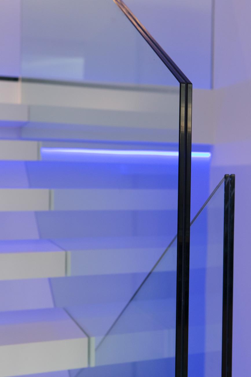 Woning in Sint-Amandsberg minimalistisch interieur trap glazen balustrade detail