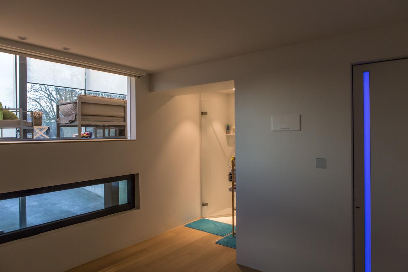 Woning in Sint-Amandsberg minimalistisch interieur verdieping hal met neon licht