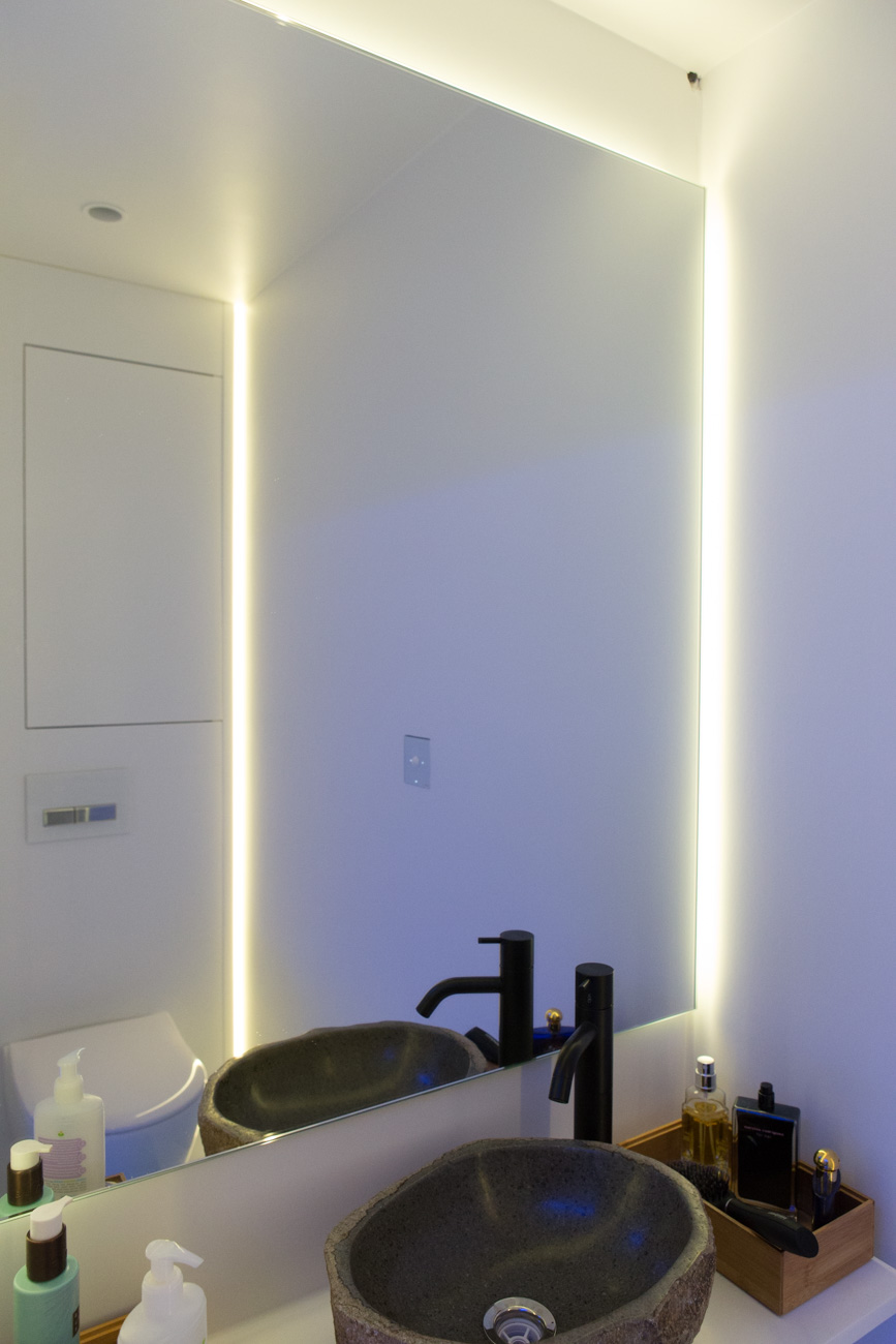Woning in Sint-Amandsberg minimalistisch interieur badkamer met neon licht