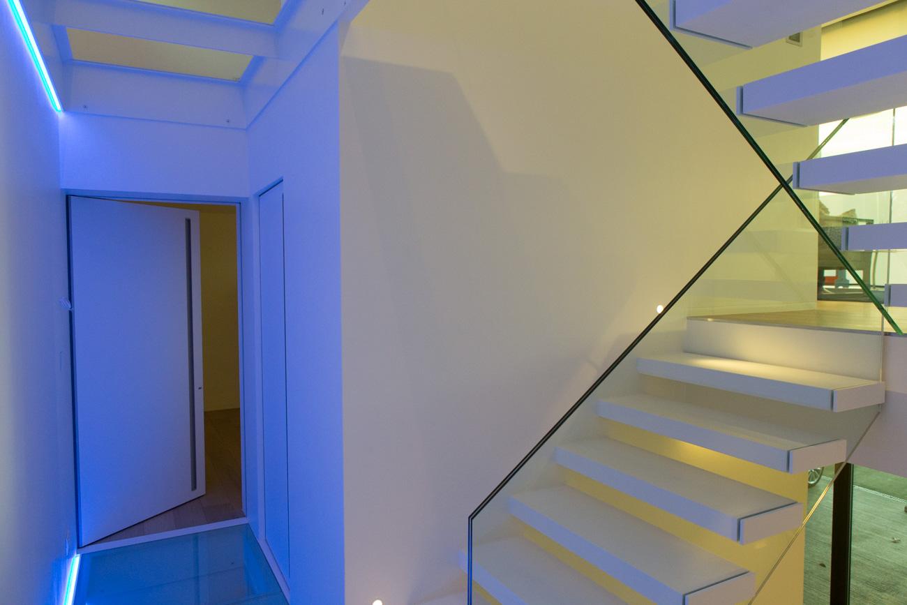 Woning in Sint-Amandsberg minimalistisch interieur zwevende trap hal met neon licht