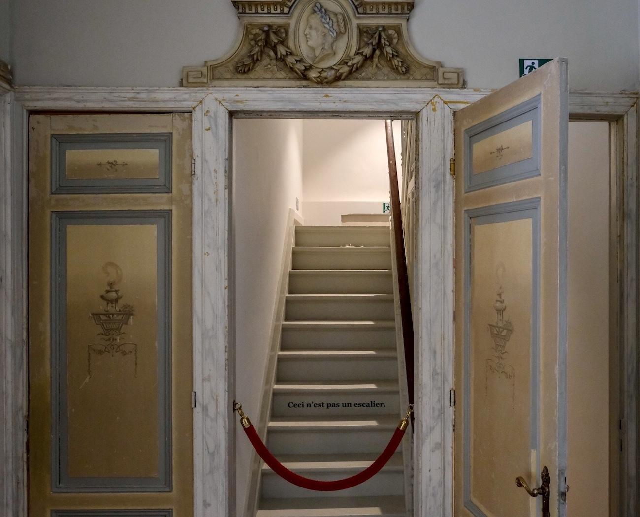 The Mansion Hotel Gent Verdieping deuren met gedecoreerde deurstukken met basreliëfs van vrouwenhoofdjes erfgoed restoratie