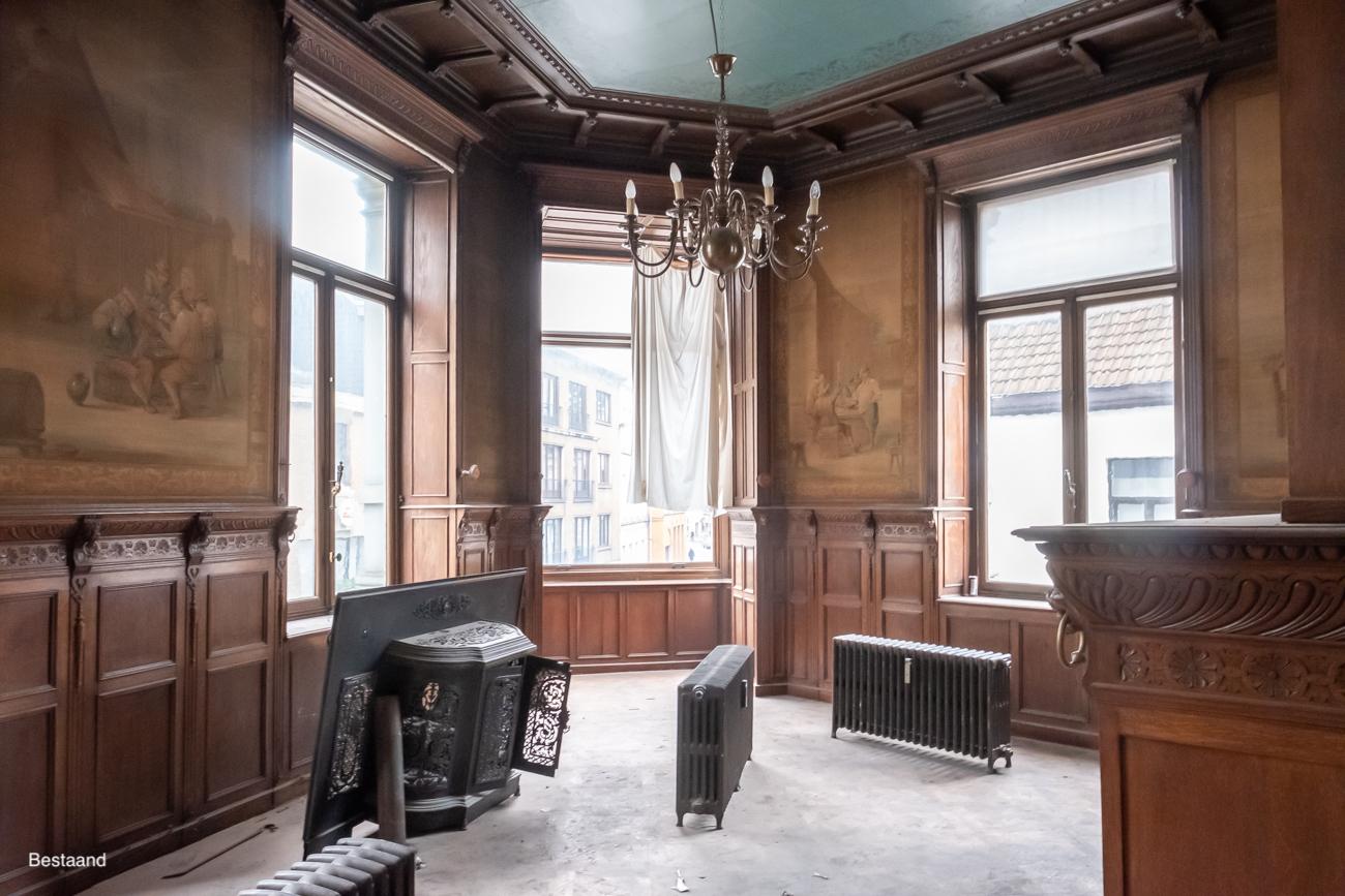 The Mansion Hotel Gent Kamer met gesculpteerde eikenhouten lambriseringen en beschilderde wandtapijten met pastorale taferelen in 17de-eeuwse stijl van herbergen