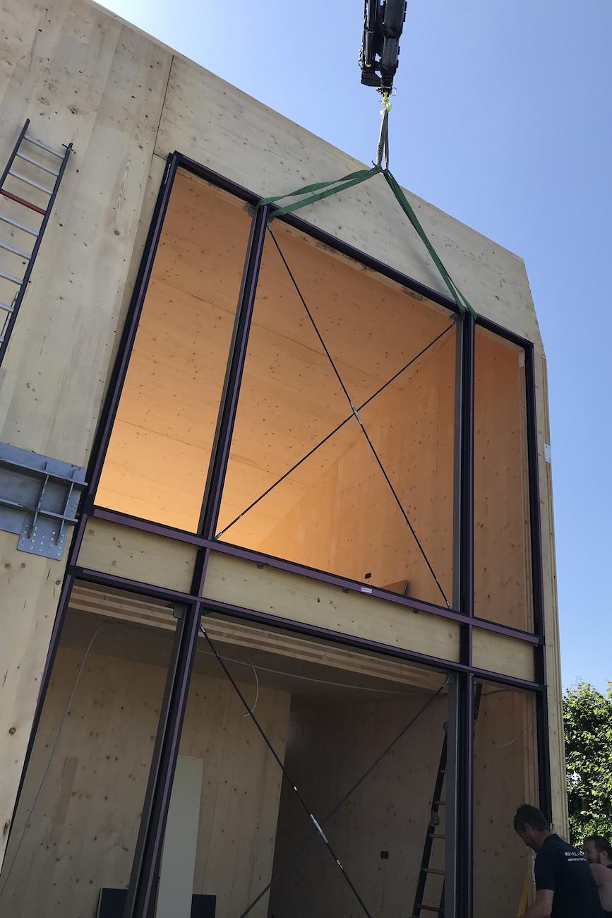 Carbofisc Kantoor CLT gebouw constructie in uitvoering voorgevel groot raam