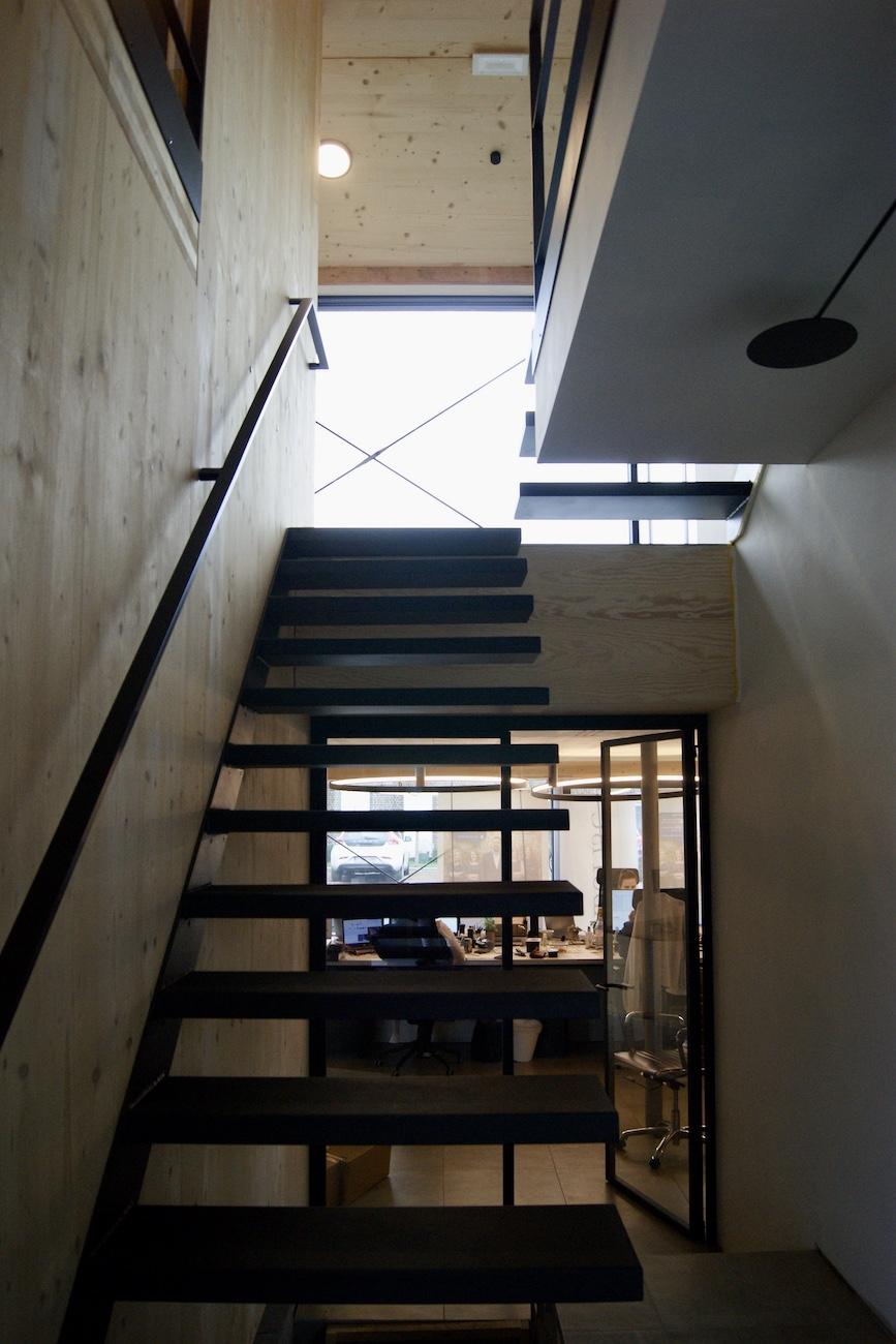 Carbofisc Kantoor CLT gebouw Inkom vide met zwevende trap
